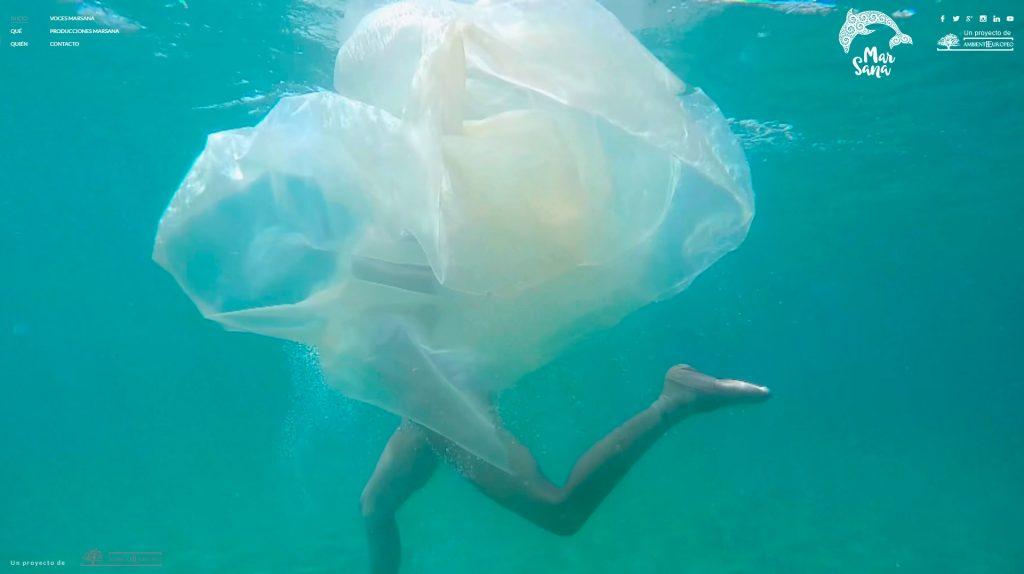Marsana - Silueta de Chica ondulando en el agua, por Isabel Muñoz